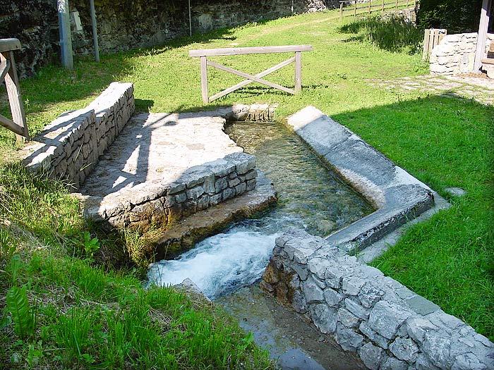 """L'acqua in uscita dal lavatoio veniva un tempo incanalata verso i mulini Zanella in Loda e """"dei Pinza""""."""