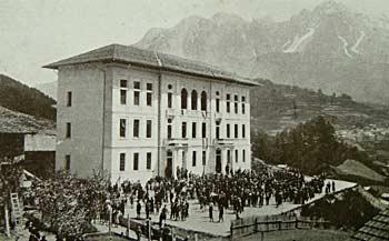 """L'edificio scolastico """"Giuseppe Da Pra Zotto"""". Sullo sfondo il Tudaio (m. 2279) e lo Schiavon (m. 2337) (Foto G. Gerardini)"""