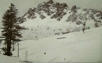 Pian dei Buoi con la Casera delle Pecore, dopo un'abbondante nevicata. La Croda di S. Lorenzo o Ciareido (m. 2503). Forcella e Tirre di S. Lorenzo