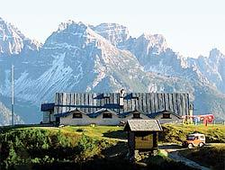 il rifugio Ciareido con lo sfonde del Montanel