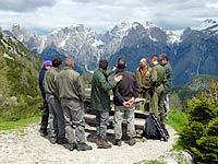Un momento di discussione di fronte alle Dolomiti d'Auronzo